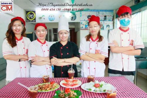 Chụp ảnh lưu niệm cuối khóa học nấu ăn gia đình