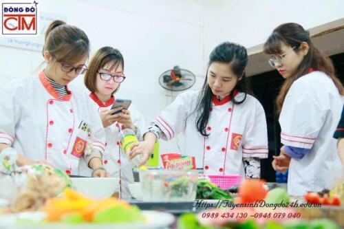 Hình ảnh các bạn lớp nấu ăn gia đình thực hành
