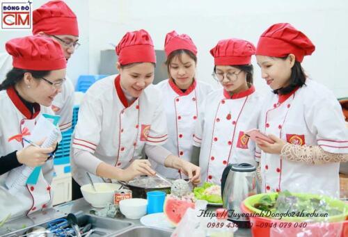 Học viên lớp nấu ăn gia đình
